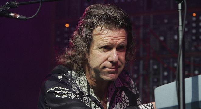 El tecladista insigne del rock progresivo, Keithe Emerson,tocando un solo.