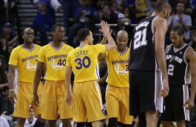 Los Warriors rompen tab�s en la NBA jugando con camiseta de manga corta