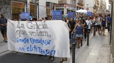 Vecinos de Gr�cia, la noche del jueves, en la manifestaci�n convocada por 47 asociaciones contra la especulaci�n inmobiliaria del barrio.
