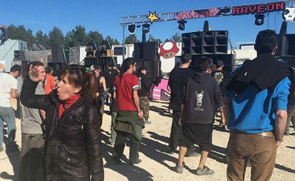 La Guardia Civil vigila que no lleguen más participantes a la fiesta, convocada a través de las redes sociales.