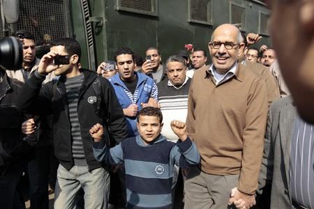 Mubarak reemplaza al Gobierno mientras los egipcios desafían el toque de queda