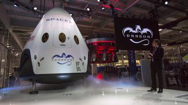 Elon Musk muestra la cápsula Dragon V2 en Hawthorne, California, en mayo del 2014.