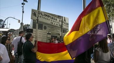 Banderas republicanas en la inauguraci�n de la instalaci�n fotogr�fica que reproduce la imagen de la caseta que tenia que recibir a los atletas de la Olimpiada Popular en 1936.