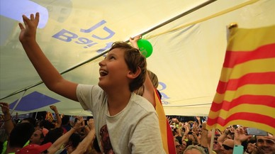 """Participantes de la manifestación debajo una de las pancartas de la """"Diada pel sí""""."""