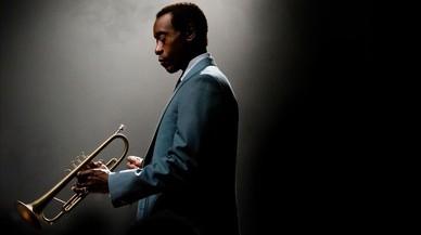 Don Cheadle, caracterizado de Miles Davis en el 'biopic' sobre el trompetista.