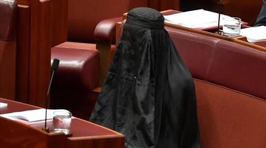 Una senadora ultraconservadora va en burca al Parlament d'Austràlia