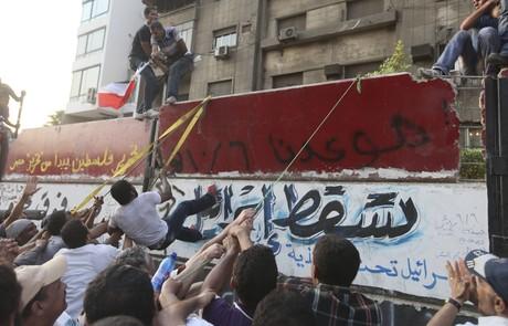Activistas egipcios atacan la Embajada de Israel en El Cairo 1315605275385