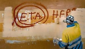 Un tècnic de neteja esborra una pintada a favor dETA a Gernika (Biscaia), ahir, lendemà que la banda terrorista anunciés el cessament definitiu de les seves accions armades.