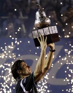 Ferrer sostiene la copa en la ceremonia final del torneo.