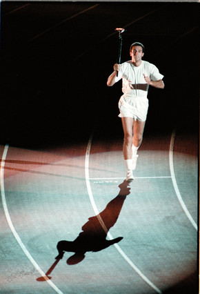 Juan Antonio San Epifanio llevando la antorcha olímpica JORDI COTRINA / Barcelona