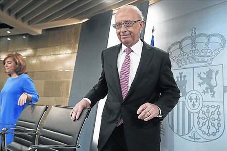 El ministro de Hacienda, Crist�bal Montoro, y la vicepresidenta del Gobierno, Soraya S�enz de Santamar�a, en rueda de prensa en Madrid.
