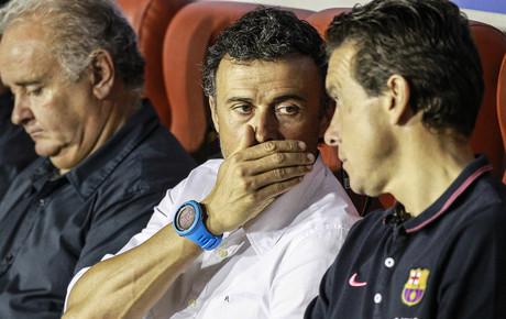 Luis Enrique habla con Unzu�, durante el partido ante el Levante, ayer en Valencia.