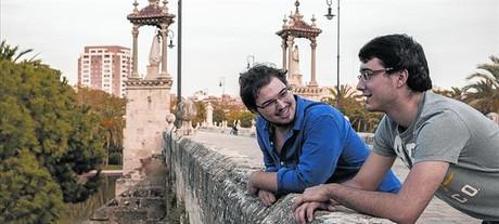 Emilio Viv� y Javer Carbonell, en el puente del Mar, en los jardines del Turia de Valencia.
