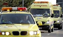Ambulancias que trasladan a la joven navarra, a su llegada al Hospital Carlos III.