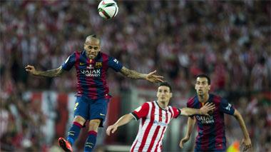 Alves salta a por el bal�n ante Aduriz y Busquets.
