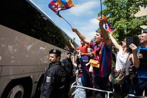 Seguidors del Barça durant la sortida de lequip de lhotel cap a laeroport.