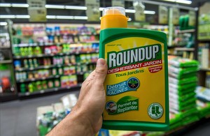 Un herbicida con glifosato de venta en unos grandes almacenes franceses