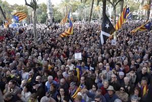Multitud concentrada a las puertas del Palau de Justícia para mostrar su apoyo al president Mas.