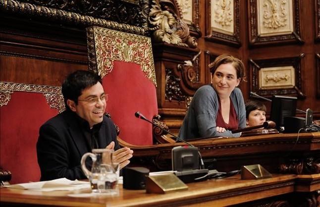 Ada Colau i Gerado Pisarello durante el pleno del Ajuntament
