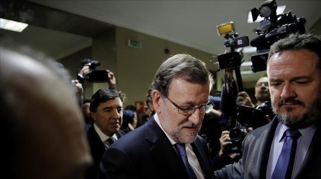 El presidente del Gobierno en funciones, Mariano Rajoy, al recoger su acta el en Congreso.
