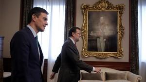 Mariano Rajoy y Pedro Sánchez al inicio de su reunión en el Congreso de los Diputados.