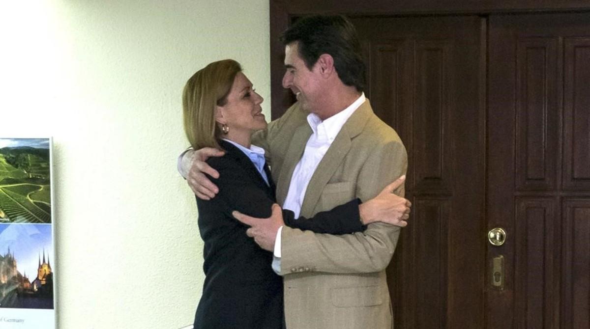 La secretaria general del PP, María Dolores de Cospedal, abraza al exministro José Manuel Soria, en una reunión de la dirección del PP de Canarias.