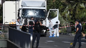 Forenses y policías buscan pruebas en el camión que arrolló a la multitud en Niza, el 14 de julio del 2016.