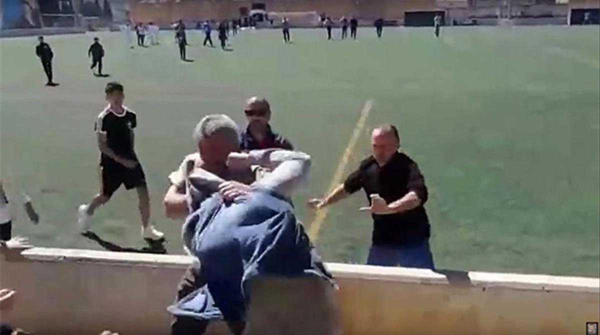 una imagen de la pelea entre padres en el partido de infantiles en mallorca