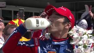 Sato celebra la victoria con leche, como es tradición en Indianápolis