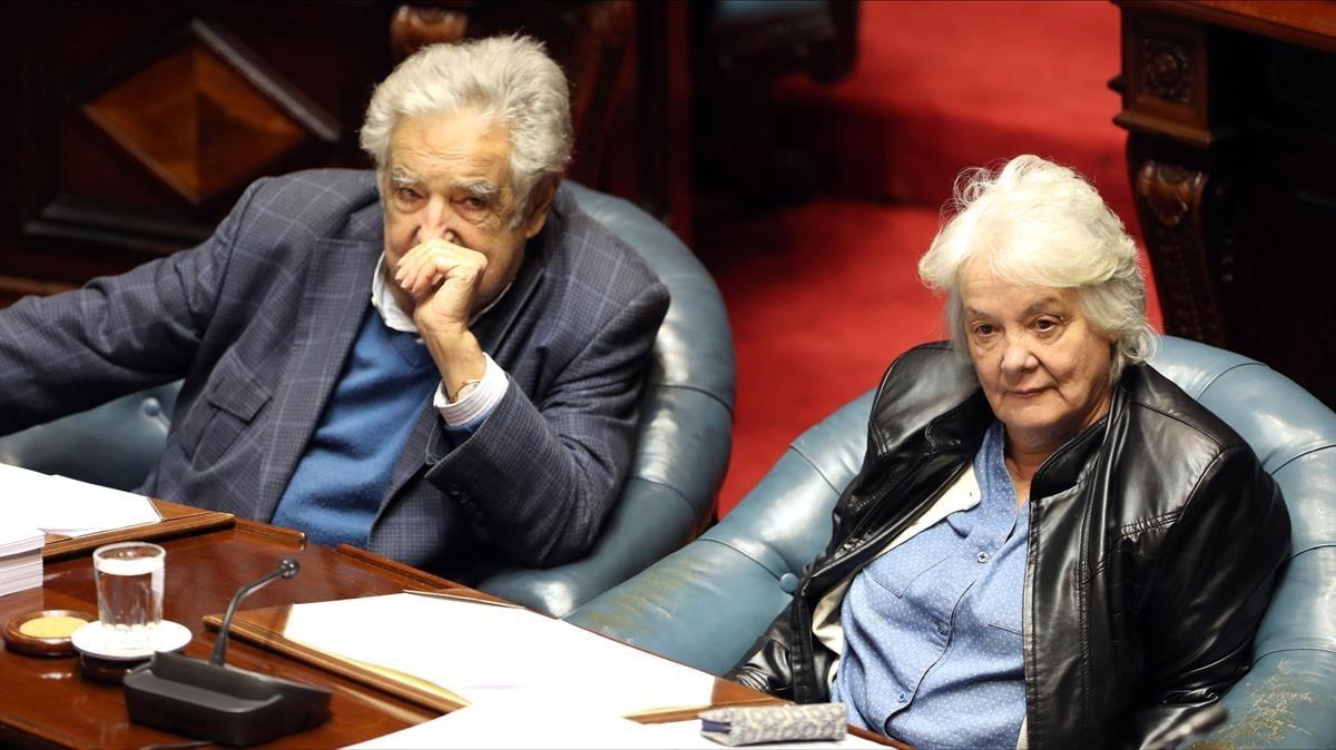 Topolansky (derecha) y Mujica, expresidente y ahora senador, en una sesión parlamentaria, en Montevideo, el 13 de septiembre.