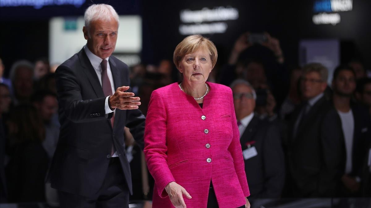 Merkel (derecha) y Matthias Mueller, presidente de Volkswagen, en el Salón Internacional del Automóvil de Fráncfort, el 14 de septiembre.