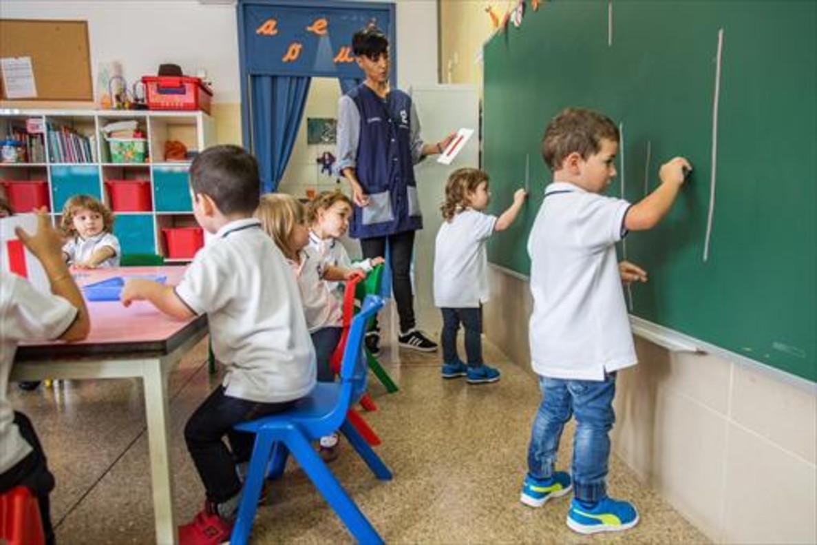 Niños del colegio Goya de Terrassa que<br/>este año ha introducido los uniformes.