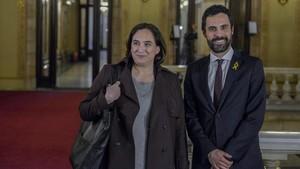 La alcaldesa de Barcelona, Ada Colau, y el presidente del Parlament, Roger Torrent, en la Cámara.