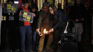 La CUP desafia l'Estat i estripa fotos de Felip VI al Parlament
