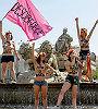 Activistas de Femen se suben a La Cibeles para protestar contra la 'ley mordaza'
