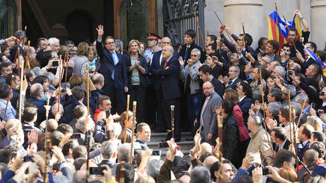Artur Mas sale del TSJC ante el apoyo de más de 2.000 independentistas.