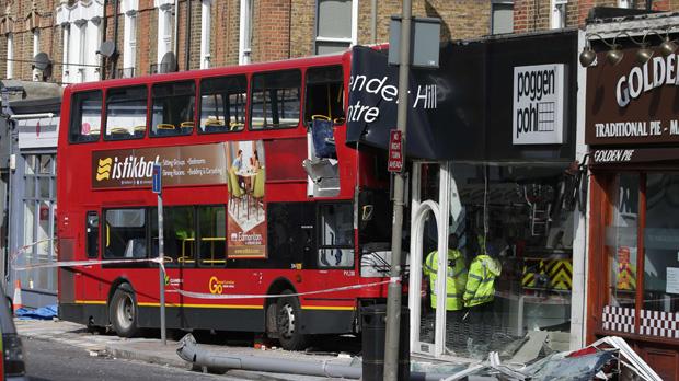 Un autobús de dos pisos se estrella contra una tienda en Londres