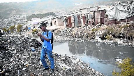ETIQUETADO. Un hombre fotografía un vertedero en Puerto Príncipe.