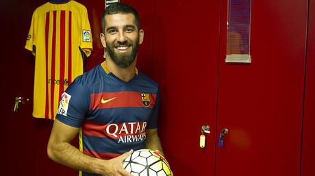 El centrocampista turco Arda Turan, en el vestuario del Bar�a en el Camp Nou