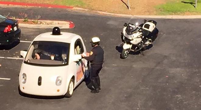 Un cotxe sense conductor de Google rep una multa per anar molt lent