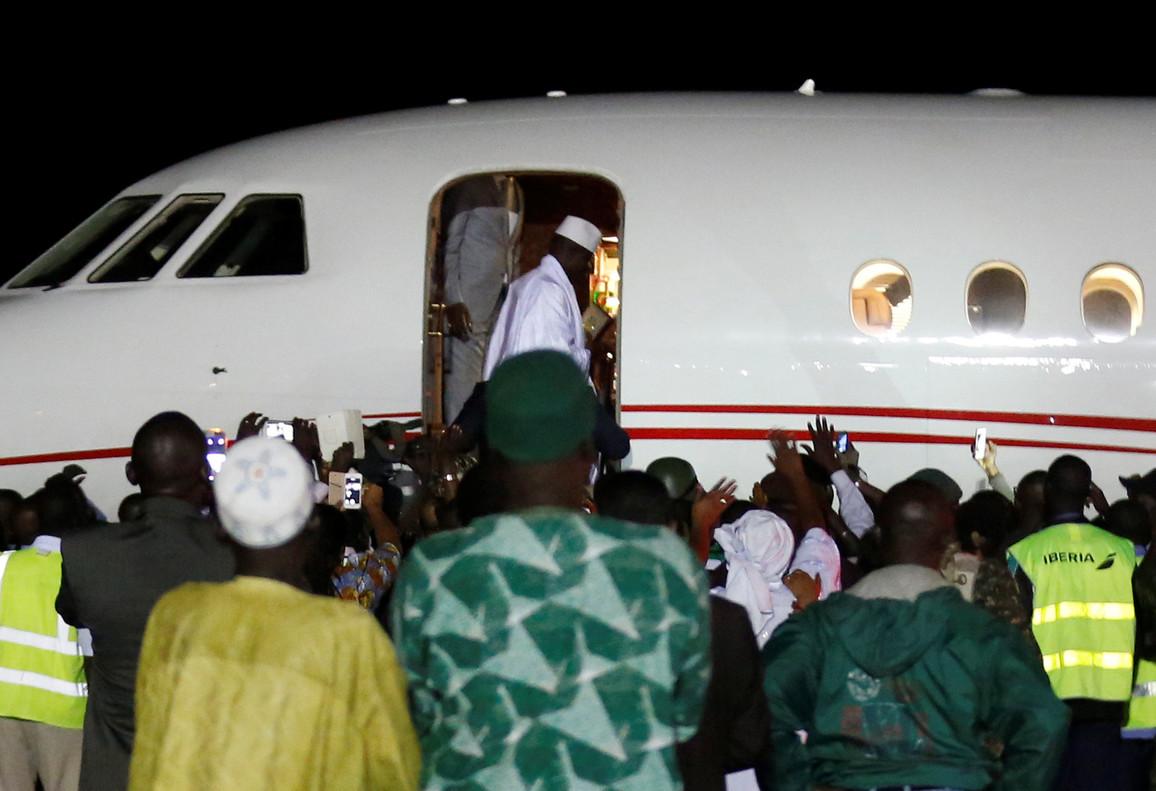 El expresidente de Gambia cede a la presión y parte hacia el exilio