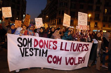 Un grup de musulmanes reivindiquen el seu dret a vestir-se com vulguin, a Barcelona.