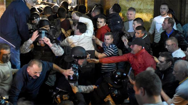 Un grupo de manifestantes irrumpen con violencia en el Parlamento de Macedonia.