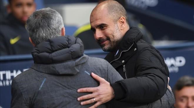 Guardiola y Mourinho se saludan antes del City-United en el Etihad de Manchester.
