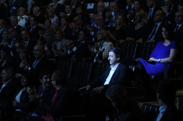 Joan Roca, de El Celler de Can Roca, recibe el aplauso del público en la gala de Català de l'Any.