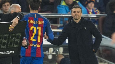 Luis Enrique anima a André Gomes al ser cambiado.