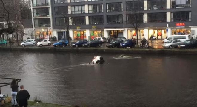 Rescate de una madre y su hijo despu�s de que su coche cayera en un canal de �msterdam.