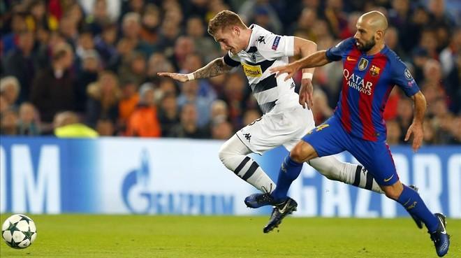 Mascherano pelea con Hahn en el Barça-Borussia del Camp Nou,