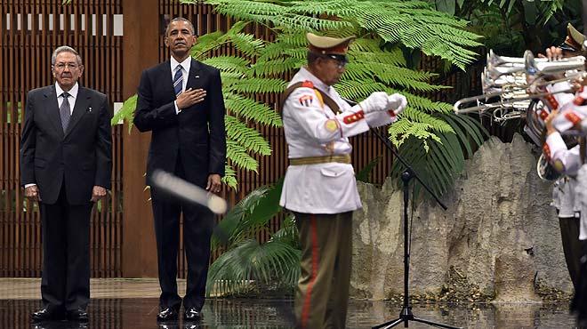 Raúl Castro recibe a Barack Obama en el Palacio de la Revolución.