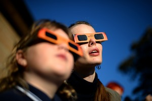 Una mujer y una niña contemplan un eclipse parcial de sol, en Sídney, en mayo del 2013.